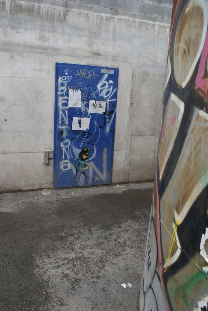sm172 - street art - jeune fille console