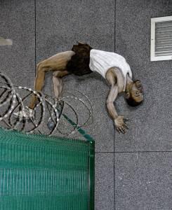 levalet - le grand saut - street art - paris - gare saint-lazare