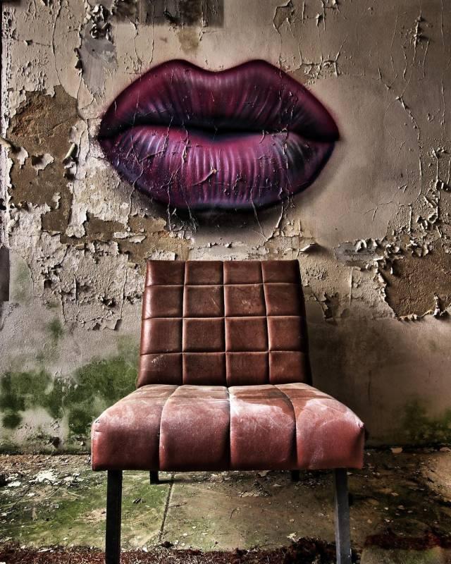urbex - street art avenue - pink mosaic